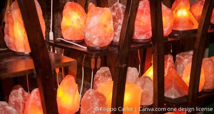 Verschiedene Salzlampen in einem Regal
