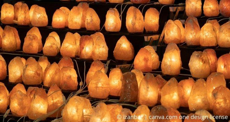 Hunderte Salzlampen auf einem Regal