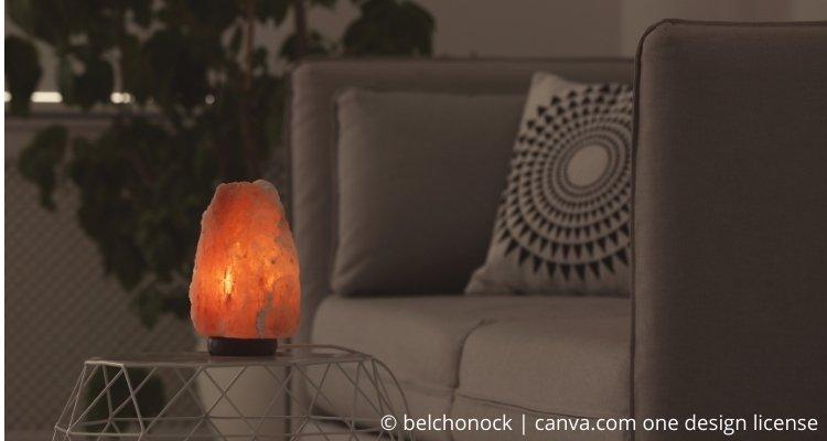 Salzlampe auf Wohnzimmertisch
