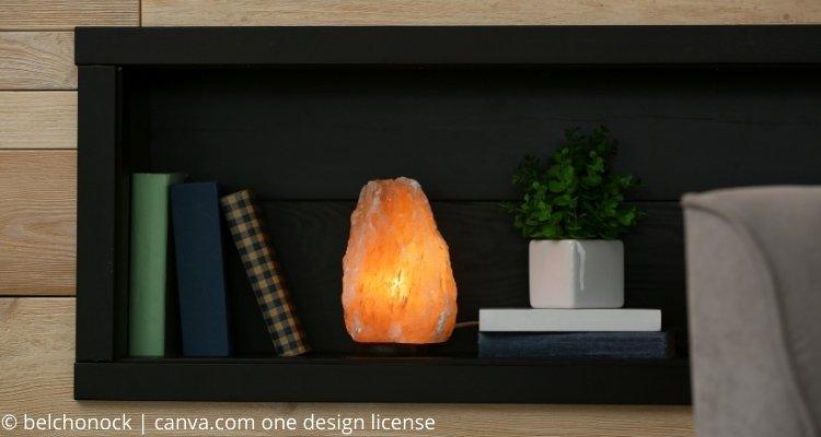 Salzlampe im Regal neben Büchern
